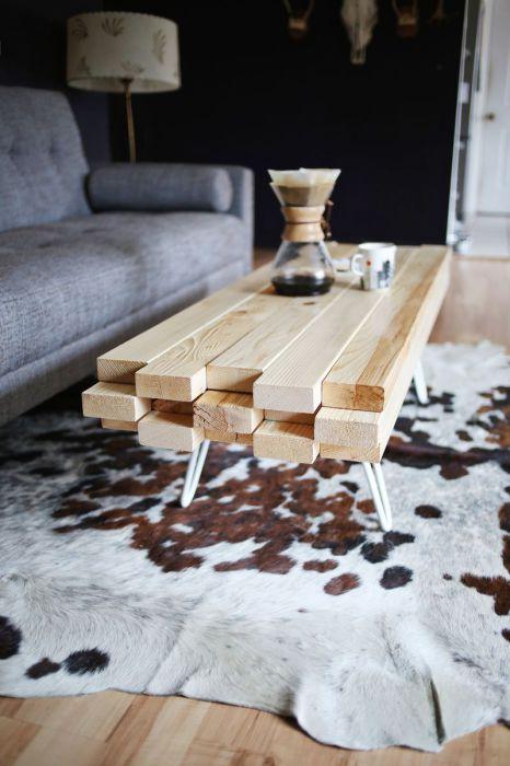 Деревянный стол из бруса.
