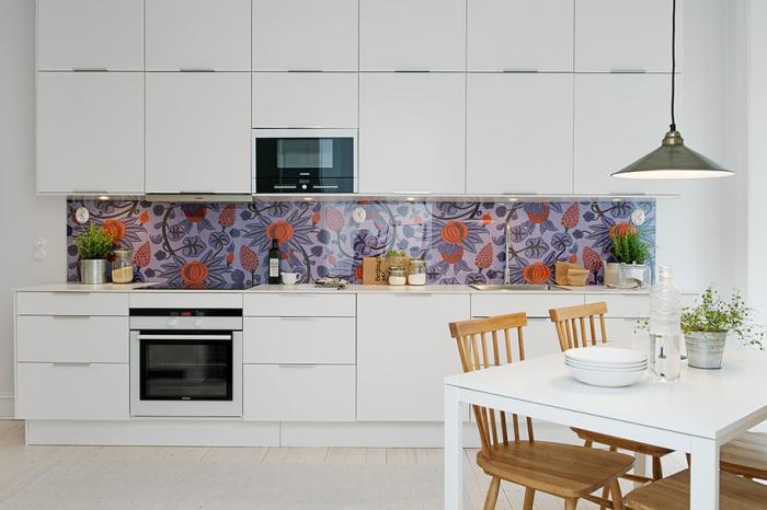 Кухонный фасад становится акцентом в интерьере кухни.