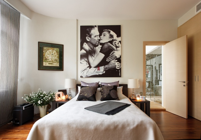 Занавески, жалюзи или шторы обязательны в спальне.