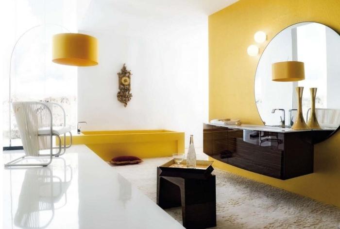 Оптимистичная бело-желтая ванная.