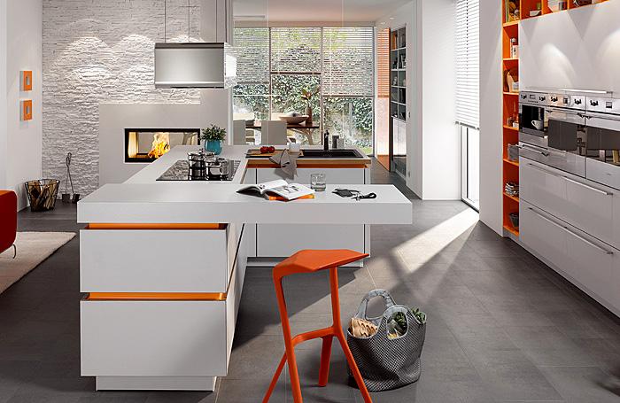 Белая кухня с яркими вставками.