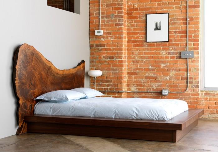 Лаконичное спальное место упорядочивает интерьер.
