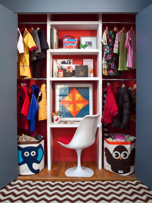 Мини-гардероб в детской.