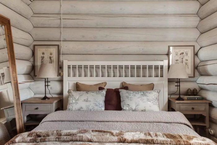 Натуральный интерьер для маленькой спальни.