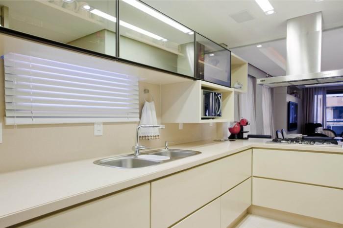 Теплый оттенок белого делает кухню уютнее.