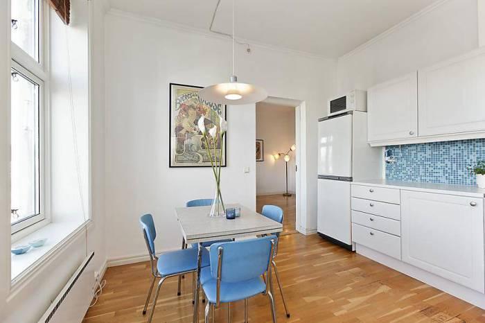 Яркое освещение необходимо и на белой кухне.