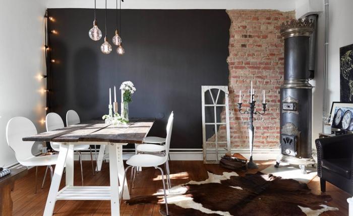 Черный интерьер с элементами стиля лофт.
