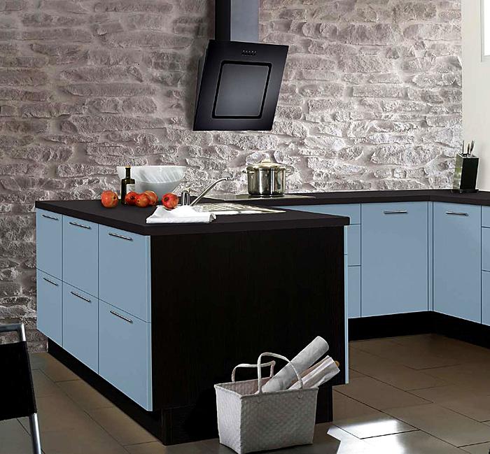 Дизайн кухни в мягком оттенке голубого.