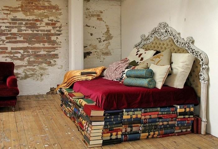 Кровать, сделанная из старых книг.