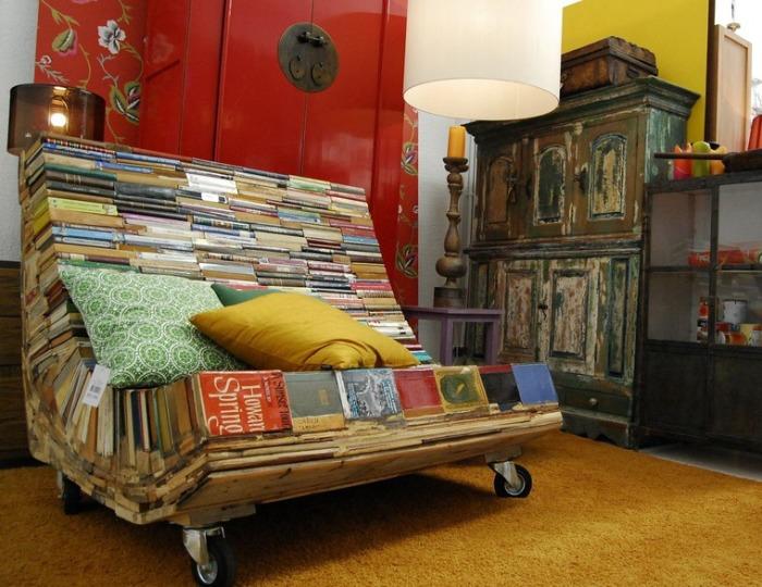 Кресло из книг.
