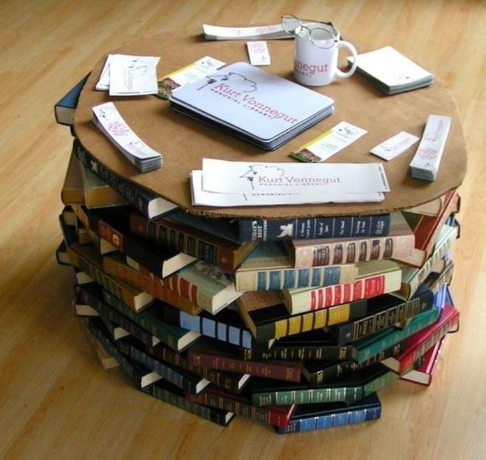 Стол из книг.