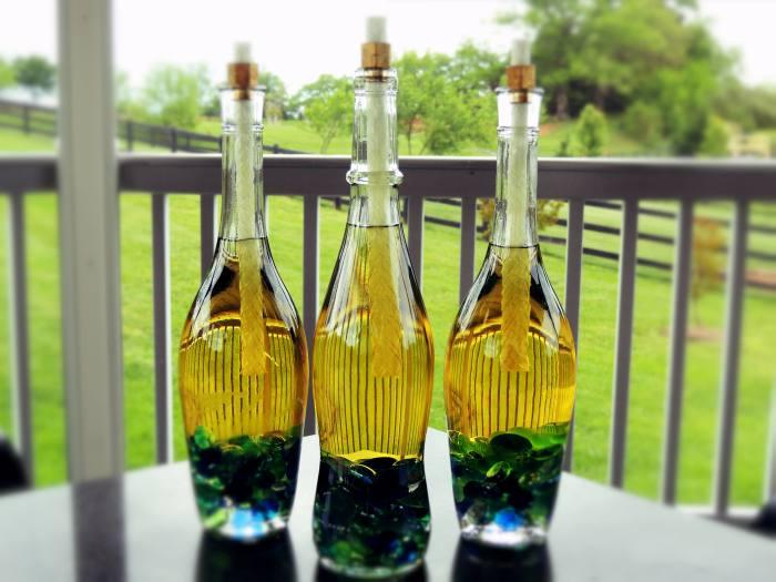 Светильник из стеклянной бутылки.