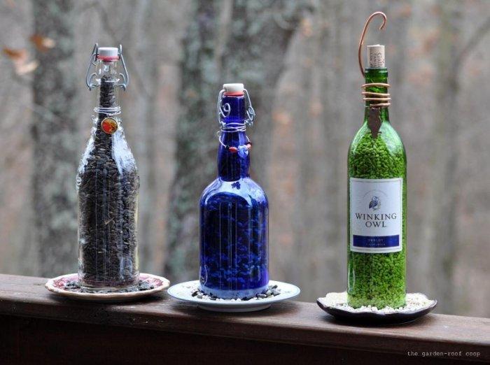 Кормушка для птиц из стеклянной бутылки.