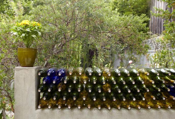 Стена из стеклянных бутылок.