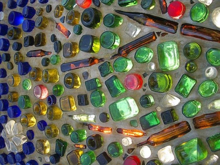 Стена со стеклянными бутылками.