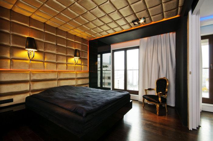 Стена и потолок отделаны декоративными панелями.