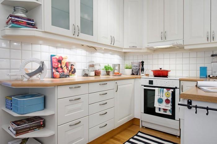 Яркие детали в нейтральном интерьере кухни.