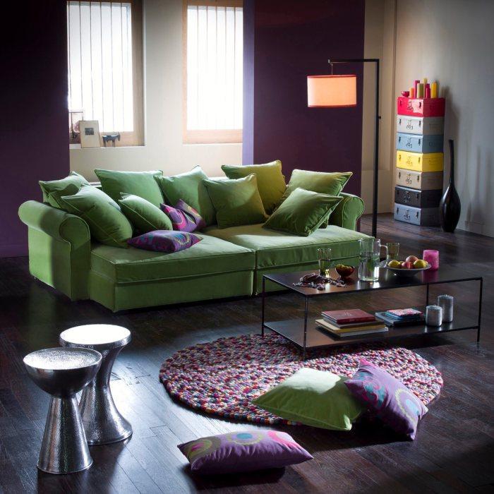 Приглушенные оттенки фиолетового и изумрудного в дизайне интерьера.