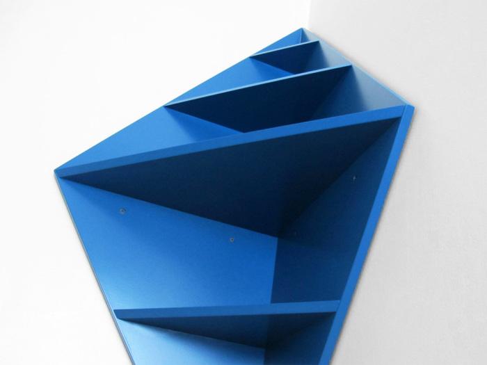 Полка необычной формы становится изюминкой интерьера.