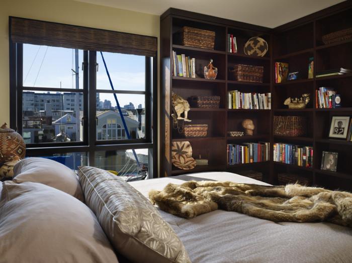Многочисленные полки украсят интерьер спальни.