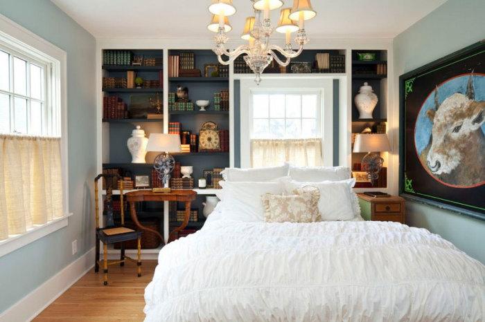Стена в интерьере маленькой спальни использована по максимуму.