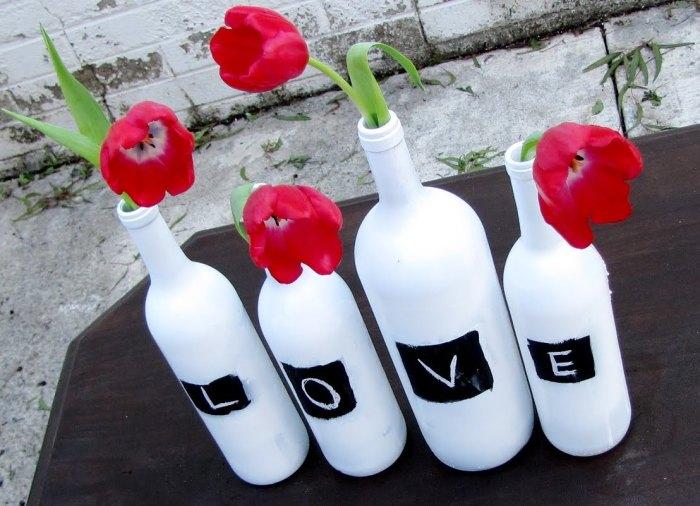 Бутылки с надписями.
