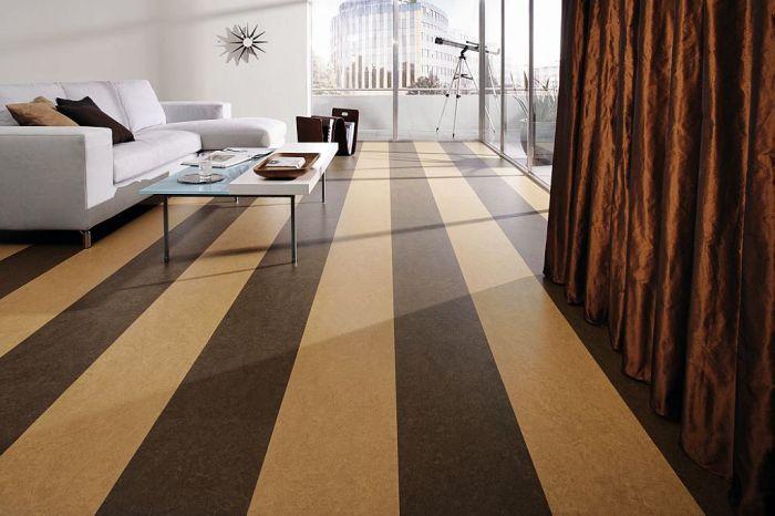 Полосатый пол можно сделать как из плитки, так и из ламината.