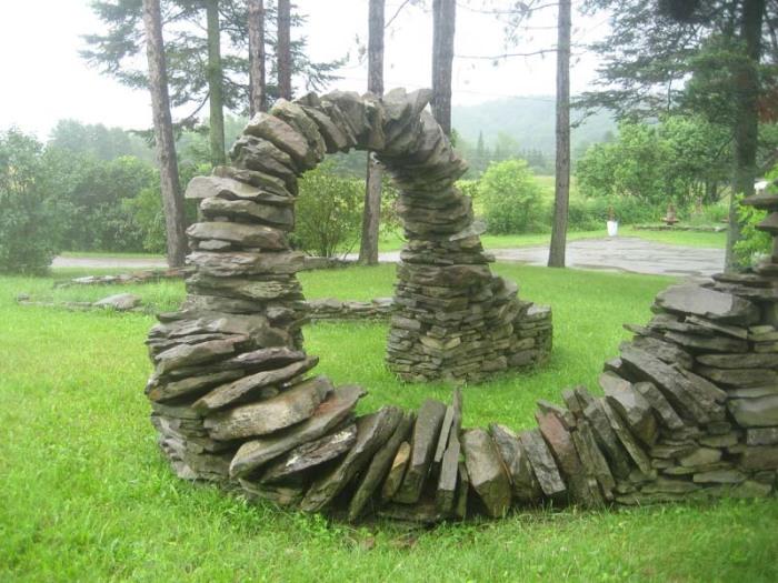 Садовая скульптура из камней.