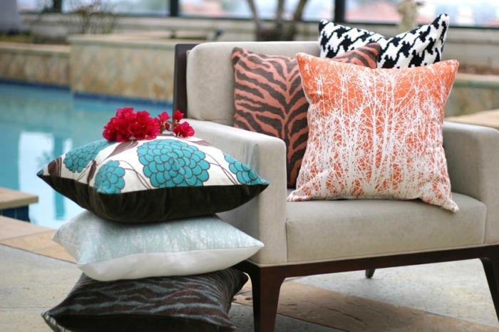 Подушки, украшающие кресло.
