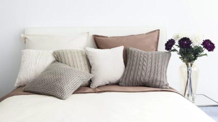 Подушки с разными фактурами в интерьере.
