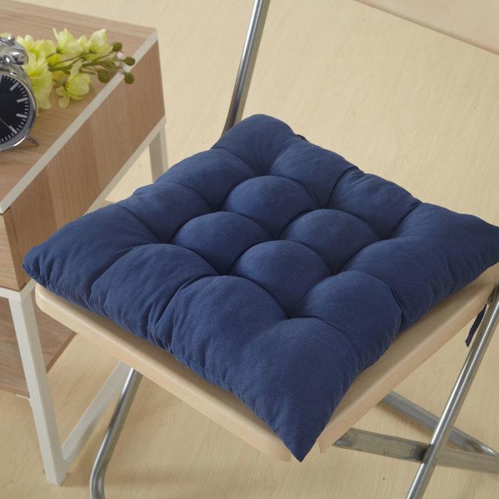 Удобная подушка на стуле.