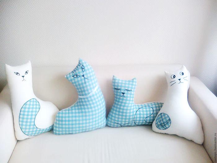 Подушки в форме кошек.