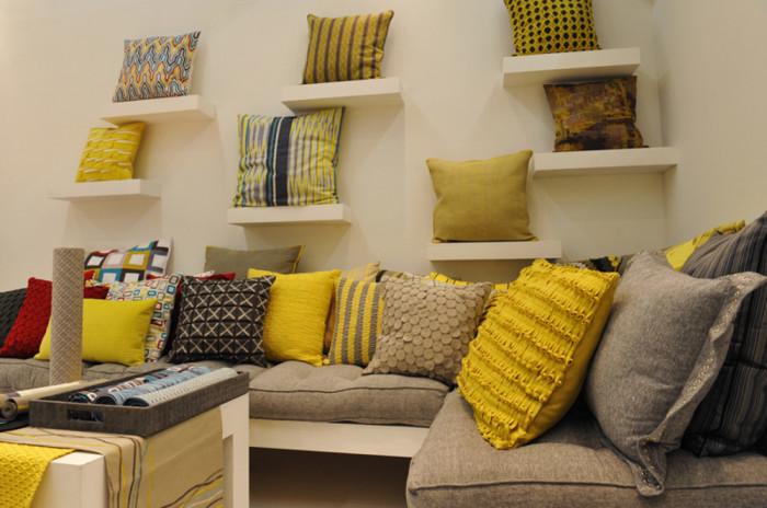 Подушки могут гармонично выглядеть и на стене.