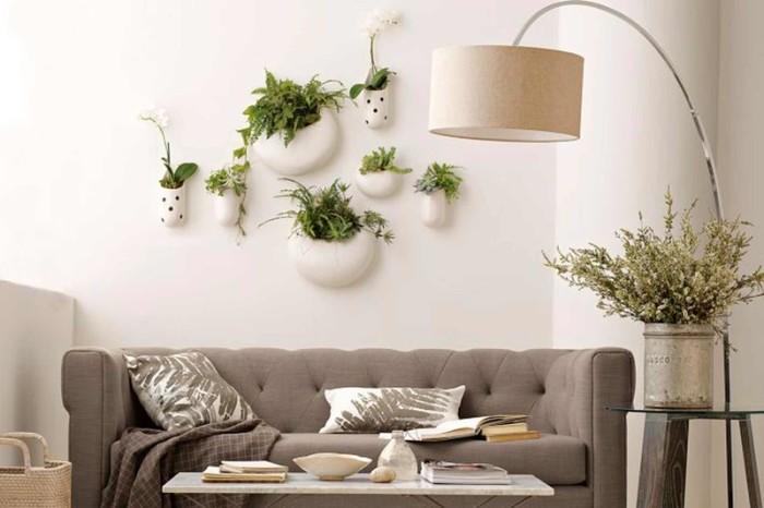 Декор стены над диваном живыми растениями.
