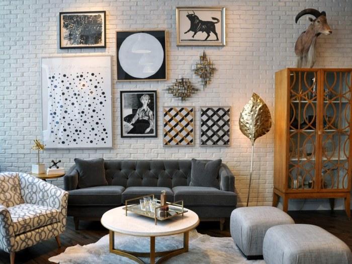 Кирпичная стена над диваном.