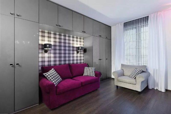 Дизайн стены над диваном: практичный шкаф.