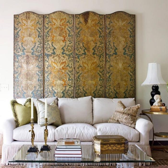 Оформление стены над диваном при помощи ширмы.