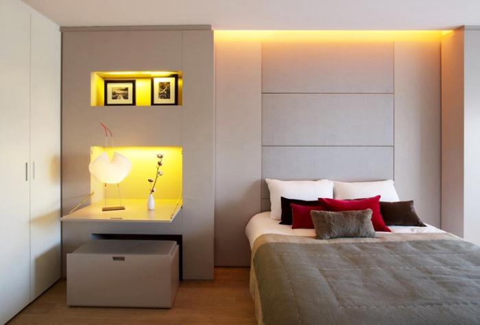 Маленькая спальня с рассеянным разноуровневым освещением.