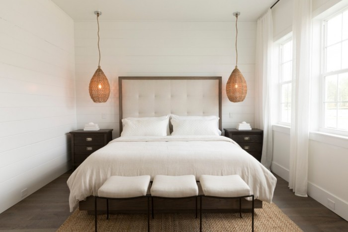 Минималистичный интерьер маленькой спальни.