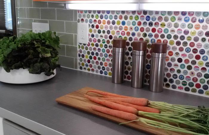 Кухонный фартук из металлических крышек.