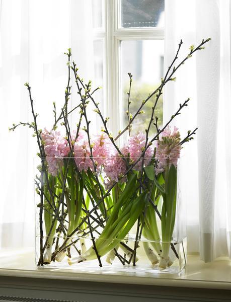 Цветы и ветки в одной вазе.