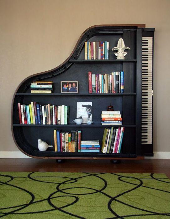 Полка из старого пианино.
