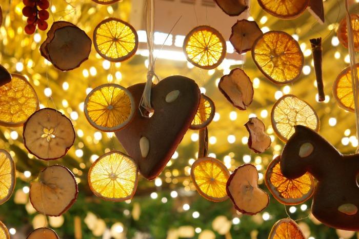 Декор из лимонных долек.
