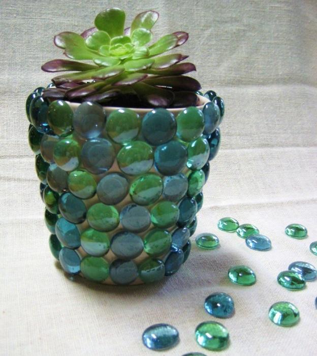 Декоративные камешки для аквариума приклеены на горшок.