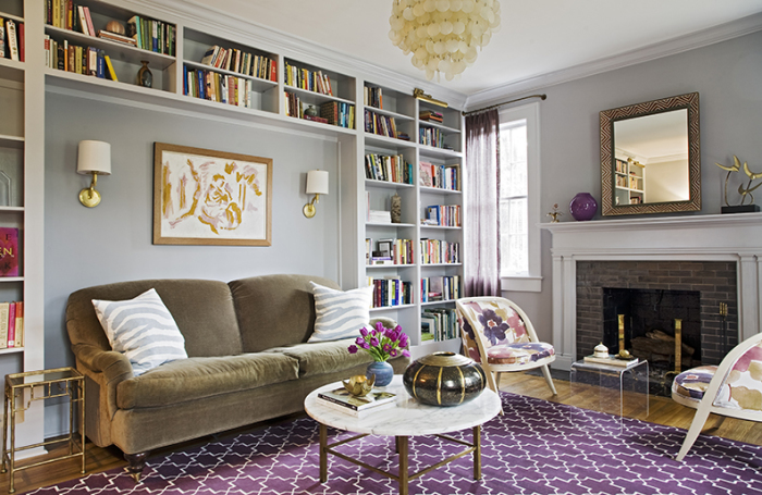 Высокий стеллаж уместен в любом интерьере гостиной.