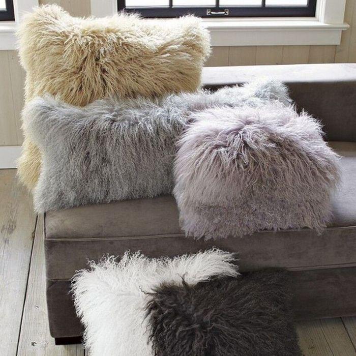 Меховые подушки в гостиной.