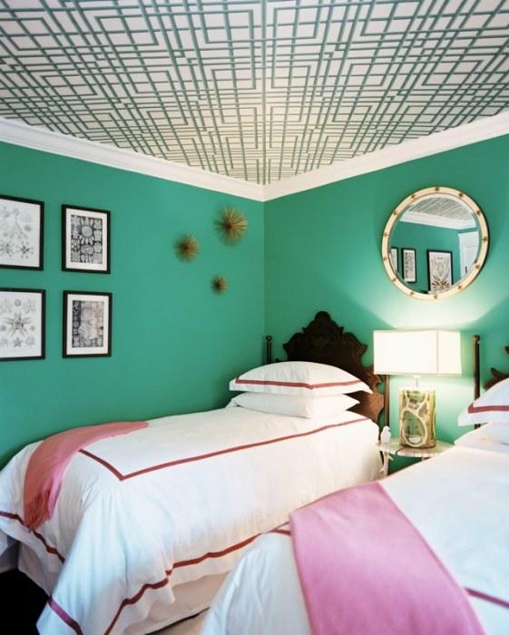Потолок, декорированный обоями.