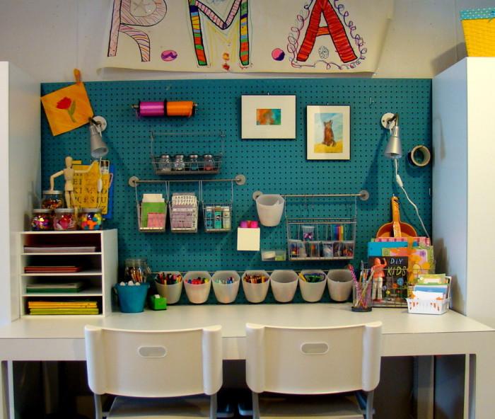 Детские мелочи удобно размещать на стене.