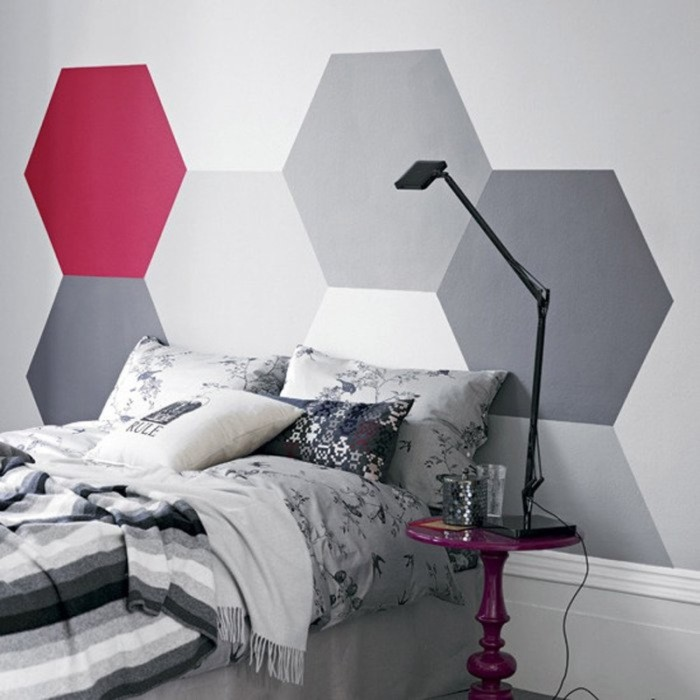 Разноцветные шестиугольники на стене.