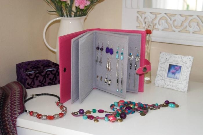 Хранение бижутерии в фотоальбоме.